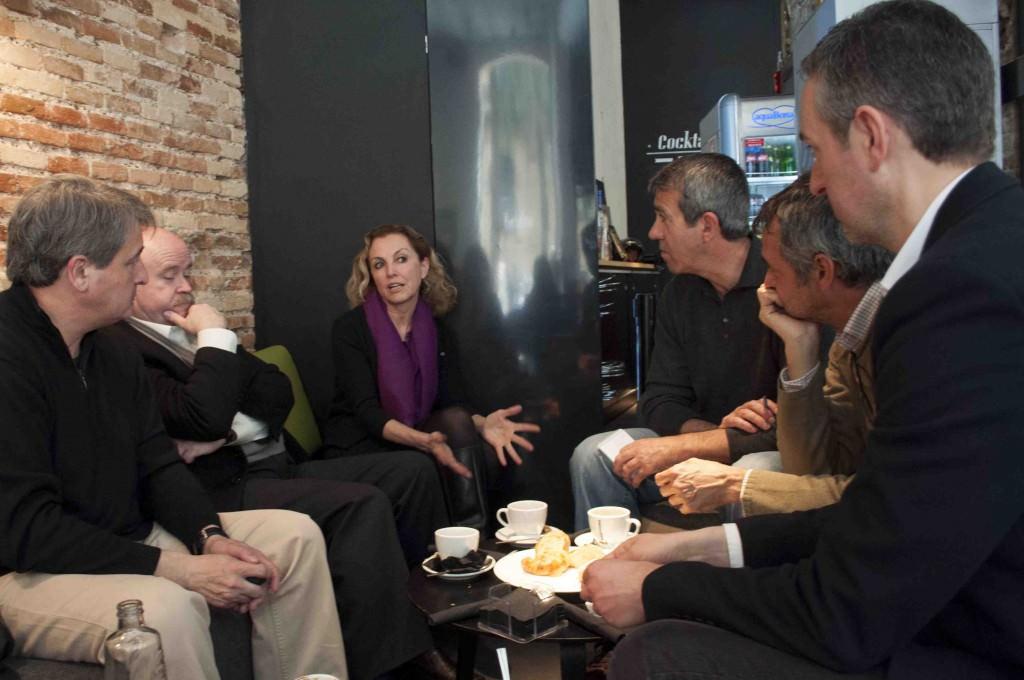 Toni Benavent (i), Josep Lluís Sirera (c) y Mariangeles Fayos, durante la entrevista con José Luis Pérez Pont (en primer término), Vicente Chambó (c) y Salva Torres. Foto: Gala Font de Mora.