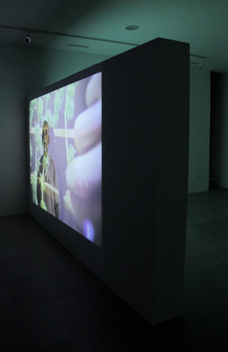 """Damià Jordà """"Rituales de consumo"""" (fotografía de la exposición, en la que vemos uno de los vídeos interpretados por Toni Belda). Imagen cortesía de la galería."""