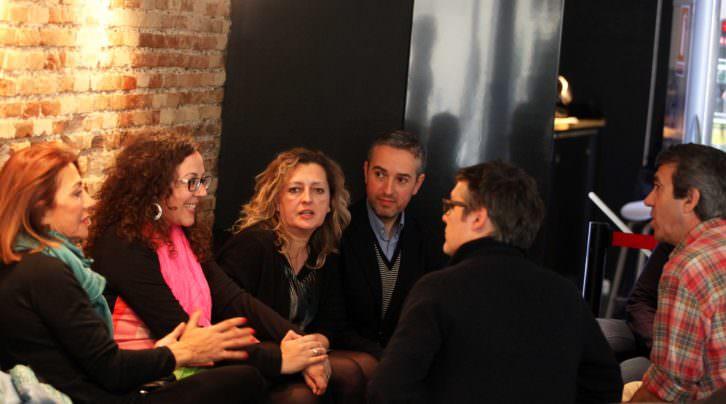 Teresa Legarre, Irene Ballester y Lucía Peiró, junto  a Álvaro de los Ángeles (de espalda), Salva Torres y José Luis Pérez Pont. Foto: Consuelo Chambó.