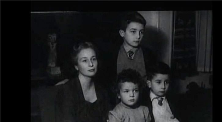 Felicidad Blanc con sus tres hijos en un fotograma de 'El desencanto', de Jaime Chávarri.