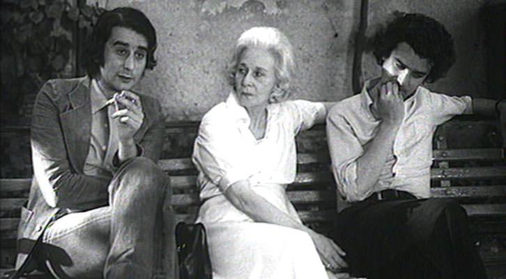 Felicidad Blanc junto a Leopoldo María Panero, izquierda, y Michi Panero, en un fotograma de 'El desencanto', de Jaime Chávarri.