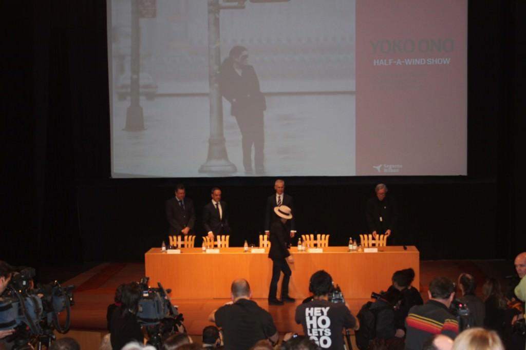Un momento de la rueda de prensa de presentación de la exposición de Yoko Ono en el Museo Guggenheim de Bilbao. Foto. Iñaki Torres