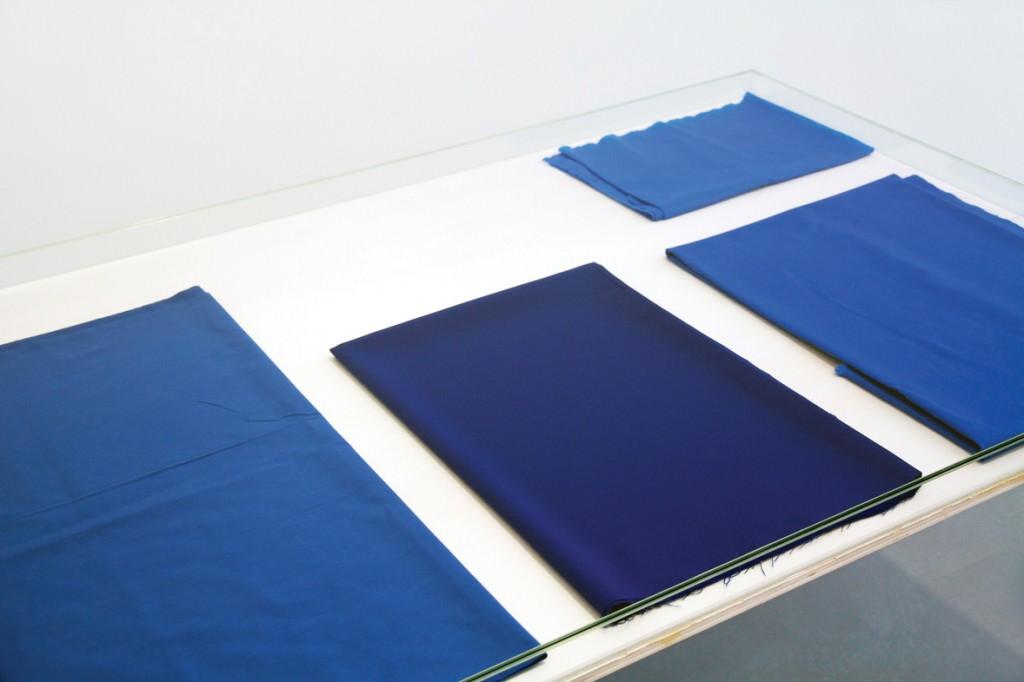 """Remco Torenbosch, """"European Contextualisation"""" (fotografía telas azules). Imagen cortesía de la NoguerasBlanchard."""