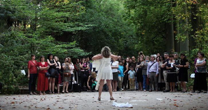 Fotografía de una performance llevada a cabo por Lucía Peiró en el Jardín Botánico (2013). Imagen cortesía de la artista.