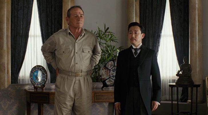 Tommy Lee Jones personificando al General Douglas MacArthur en la histórica fotografía junto al Emperador Hirohito, interpretado por Takatarô Kataoka.
