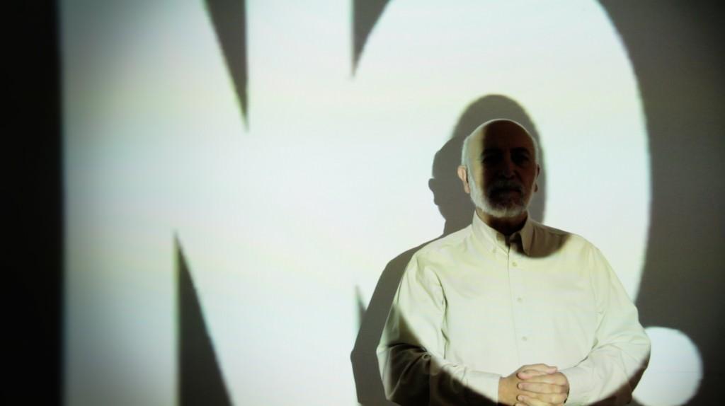 """Toni Belda (fotografía) en """"Rituales de consumo"""" de Damià Jordà. Imagen cortesía de la galería."""