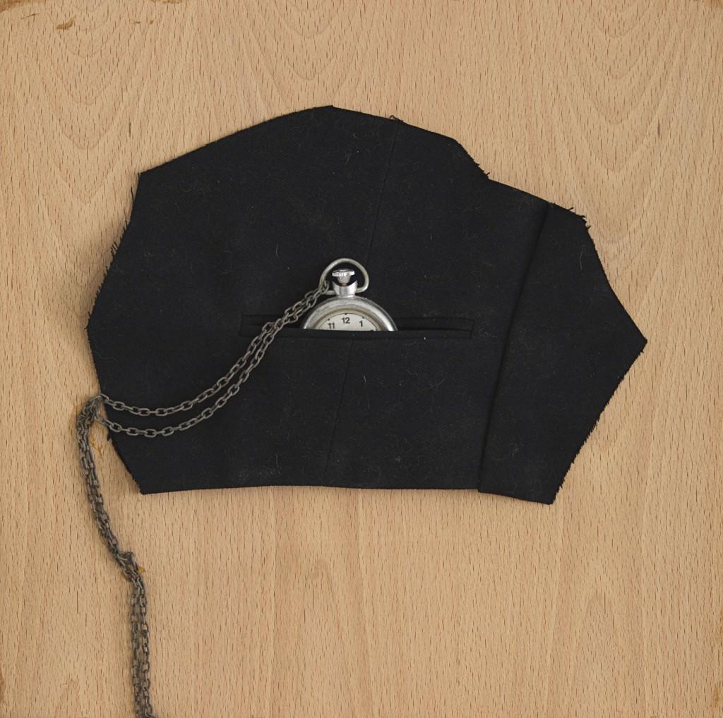 """Joan Brossa, """"Poema objeto"""", (1988. Bolsillo de chaleco y reloj de cadena. 2 x 26 x 13 cm. Pieza única) Imagen cortesía del proyecto a3bandas."""