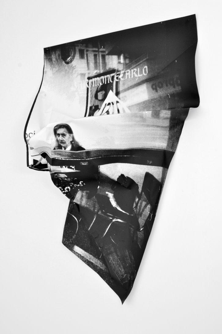 """Ian Waelder. """"Bar Montecarlo"""", (2013. Impresión de plotter de plano sobre papel y velcro adhesivo. 115 x 91 x 25 cm.) Imagen cortesía del proyecto a3bandas."""