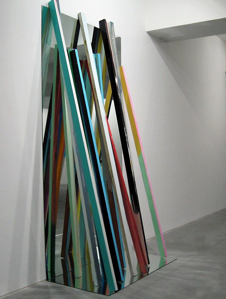 Manuel Caeiro. O enxota moscas #2, (2014. Acrílico sobre aluminio sobre espejo, 300 x 150 cm). Imagen cortesía del proyecto a3bandas.