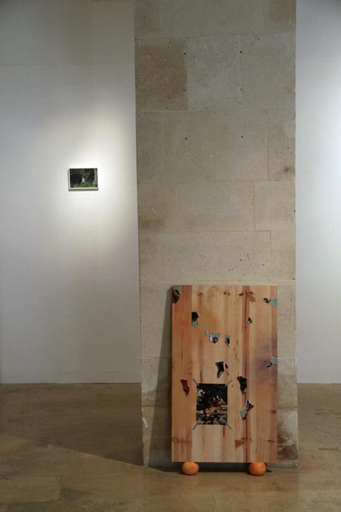 """Alberto Feijóo """"Something we used to know"""" (tabla invertida apoyada sobre dos pomelos 80 x 60 cm). Imagen cortesía del artista."""