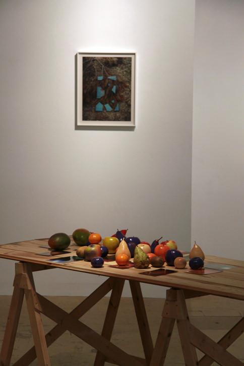 """Alberto Feijóo """"Something we used to know"""" (Bodegón  de fruta: lo componen frutas naturales y frutas pintadas con pintura acrílica en spray en varios colores. Esta pieza es efímera y se degrada conforme avanza la exposición). Imagen cortesía del artista."""