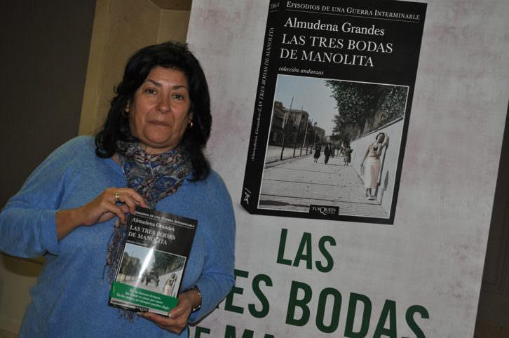 Almudena Grandes, con su última novela 'Las tres bodas de Manolita', de Tusquets Editores. Imagen cortesía de la autora.
