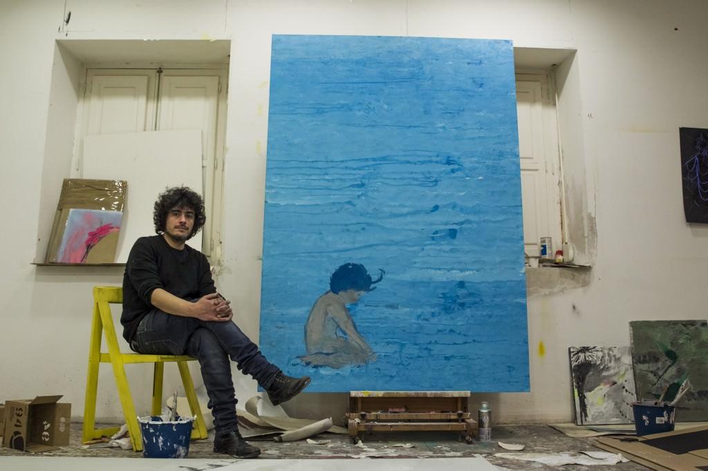 Eduardo Infante fotografiado junto a la obra que da título a la exposición. Fotografiado por Germán Fernández. Imagen cortesía de la Parking Gallery.