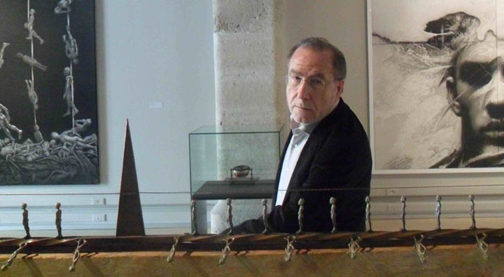 Manuel Boix, entre algunas de sus obras en la Sala Acadèmia de La Nau de la Universitat de València.