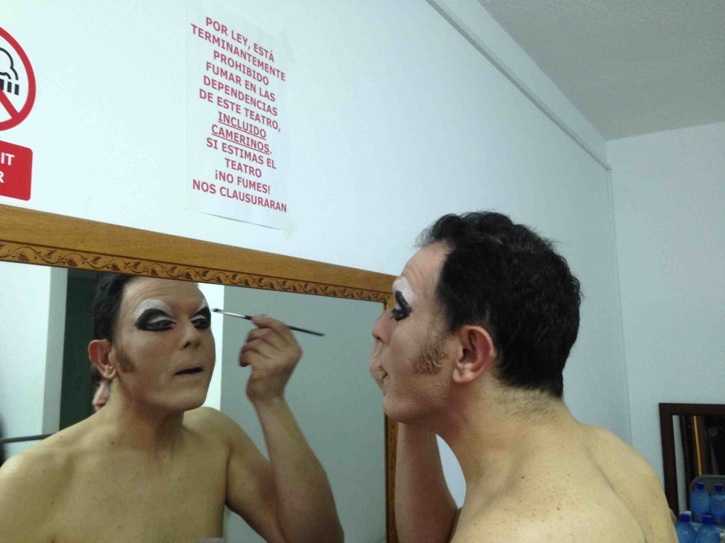 Uno de los integrantes de 'The Working Drag' en el camerino de la Sala Carolina. Foto: Alarcón y Medina.