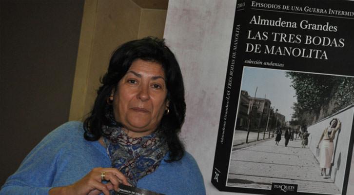 Almudena Grandes, junto al cartel de la portada de su último libro. Imagen cortesía de la autora.