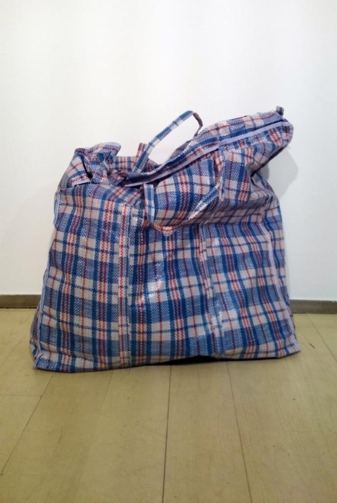 """Jimena Kato Murakami, """"Meteorito"""" (2014. Bolsa de rafia y contenido. 54x50x35 cm). Imagen cortesía de la galería."""
