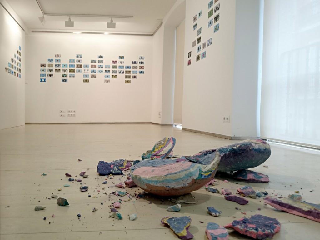 Fotografía de la instalación en la Galería Nuble. Imagen cortesía de la galería.