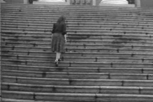 """Anna Bella Geiger, """"Passagens"""" (frame del primer vídeo que realizó en 1974). Imagen cortesía de la galería."""