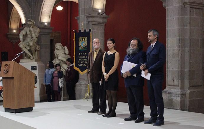 Presentación de la Primera Bienal Universitaria de México DF en la Academia San Carlos. Centro Yuriko Estevez y Daniel Manzano con los portavoces del Jurado Nelson Herrera (izquierda) y Vicente Chambó (derecha) antes de realizar la entrevista.