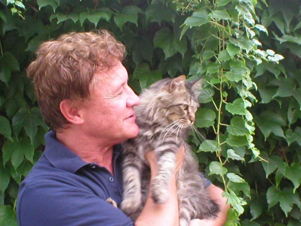 Vicente Muñoz Puelles con su gato. Imagen cortesía de Editorial Anaya y del autor.