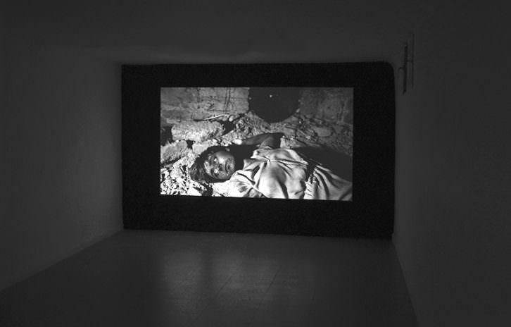 Fotografía de una de las salas de la Galería Paula Alonso en la que vemos una obra de Carlos Amorales. Imagen cortesía de la galería.
