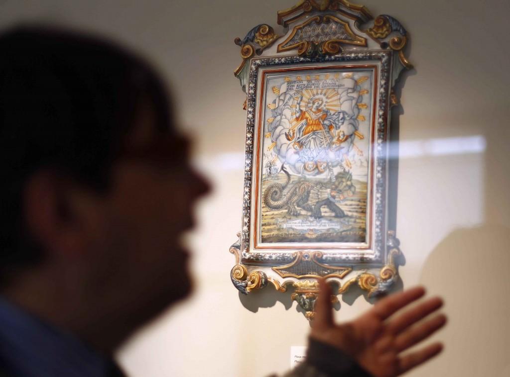 Jaume Coll, de perfil, con una de las piezas cerámicas del museo al fondo. Fotografía: Jose Cuéllar.