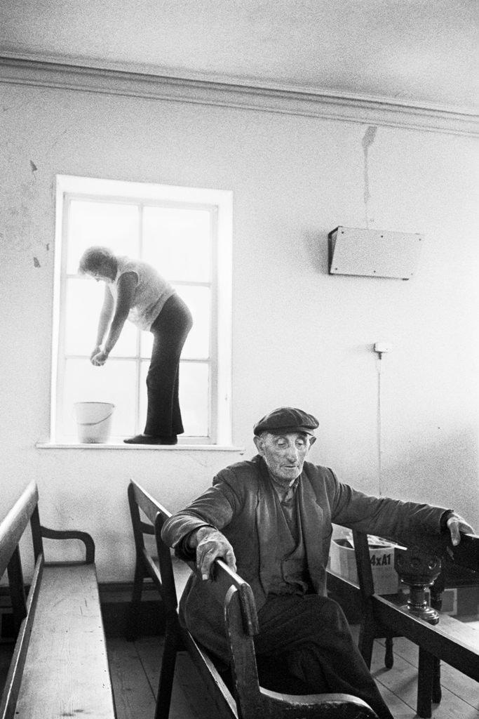 Limpieza anual de primavera previa al culto del Aniversario, Cornholme capilla metodista de Crimsworth Dean/ 1975-1980. © Martin Parr / Magnum Photos