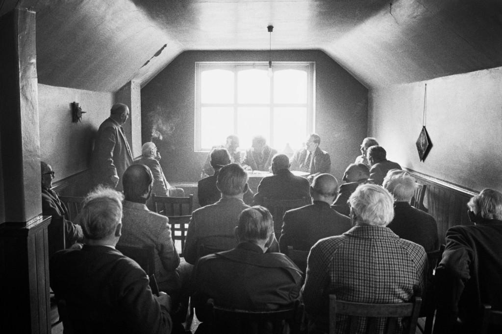 El Antiguo Orden de los Maridos Calzonazos, asamblea general anual. Lunes de Pasqua, capilla de Nazebottom/ 1975-1980 © Martin Parr / Magnum Photos