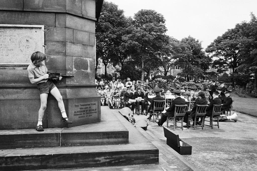 Tres capillas de la zona se reunen para celebrar una ceremonia al aire libre/ West Vale Park, Halifax. 1975-1980. © Martin Parr / Magnum Photos