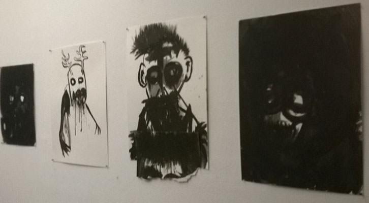 Obras de Pablo Bellot, en la exposición 'No sé qué pasa que lo veo todo negro' en Casa Bardín. Imagen cortesía de la comisaría Irene Ballester.