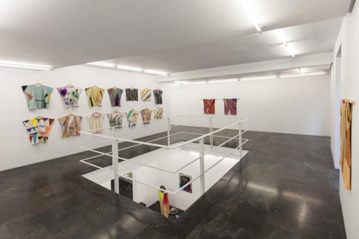 Obras de Delphine Courtillot en la exposición 'Atelier familial'. Imagen cortesía de la galería Luis Adelantado.