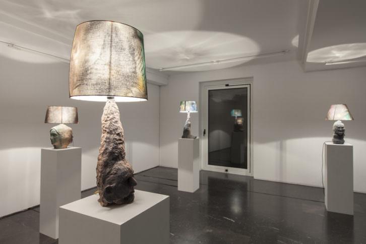Obras de Folkert de Jong y Delphine Courtillot. Imagen cortesía de la galería Luis Adelantado.