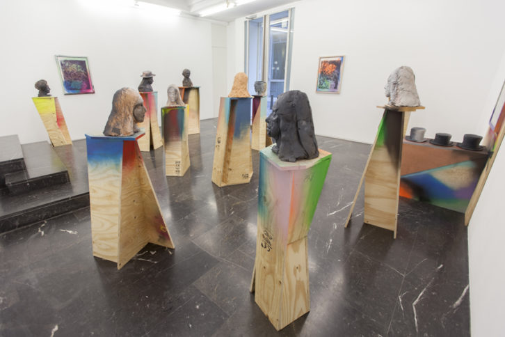 Obras de Folkert de Jong en la exposición 'Desengaño'. Imagen cortesía de la galería Luis Adelantado.