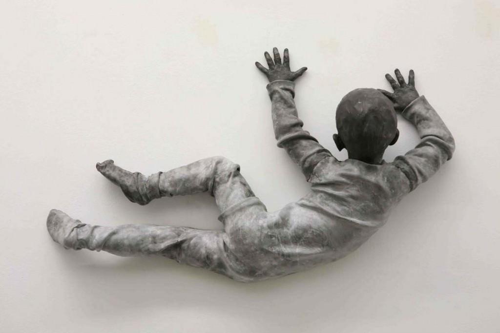 """José Cobo, """"El Espectador"""" (esculturas de resina de epoxi marrón. 2014). Imagen cortesía de la Galería Juan Silió."""