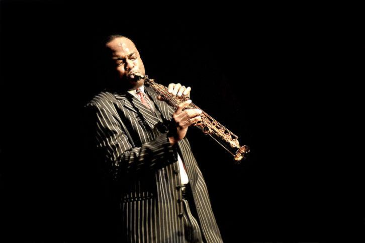 El saxofonista James Carter. Fotografía: David Sinclair. Por cortesía de Jimmy Glass Jazz Bar.