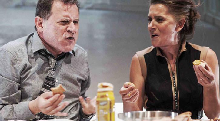 Rafael Calatayud y Victoria Salvador en una escena de 'Una hora y media de retraso'. Imagen cortesía de Teatre Talia.