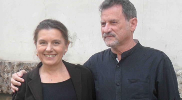 Victoria Salvador y Rafael Calatayud, en el exterior del Teatre Talia, poco antes de la presentación de 'Una hora y media de retraso'.