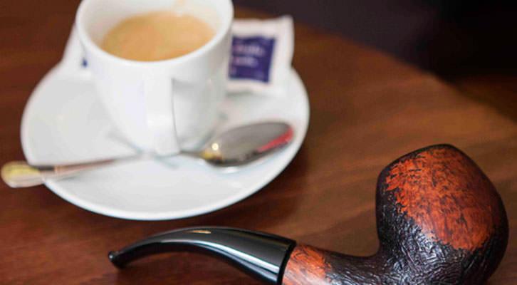 Café y pipa de Petros Márkaris en la librería Cosecha Roja. Fotografía: Santiago Carrión.