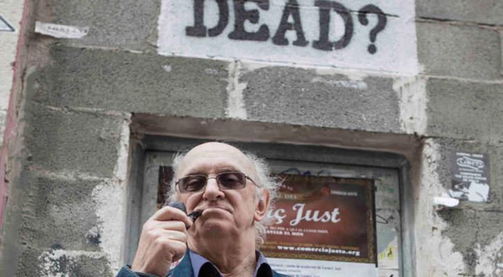 Petros Márkaris, posando en el barrio de Ruzafa en Valencia. Fotografía: Santiago Carrión.