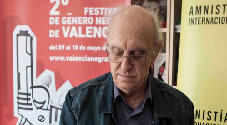 Petros Márkaris en la librería Cosecha Roja del barrio de Ruzafa en Valencia. Fotografía: Santiago Carrión.