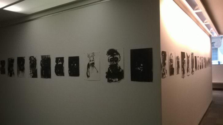 Obras de Pablo Bellot, en la exposición 'No sé qué pasa que lo veo todo negro'. Imagen cortesía de la comisaria Irene Ballester.