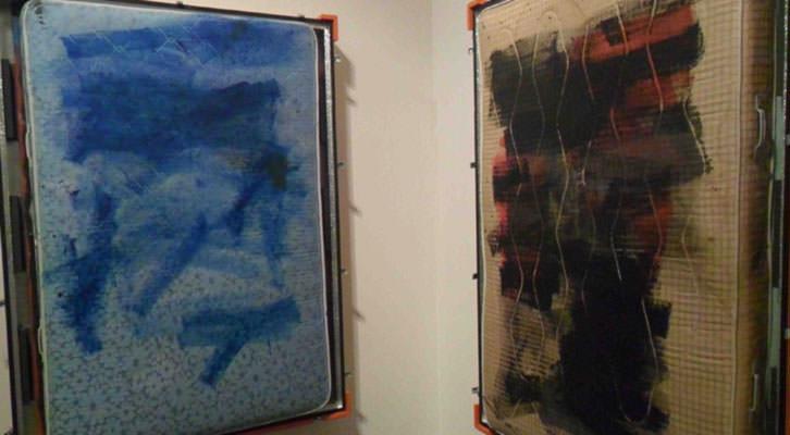 Dos de las obras de Rebeca Plana, en la exposición 'Top control' de La Gallera.