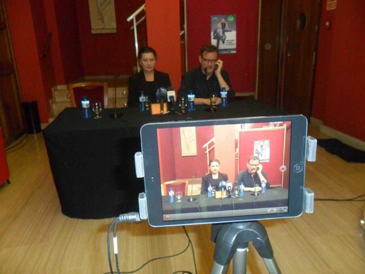 Victoria Salvador y Rafael Calatayud, en la presentación de 'Una hora y media de retraso' en el Teatre Talia.