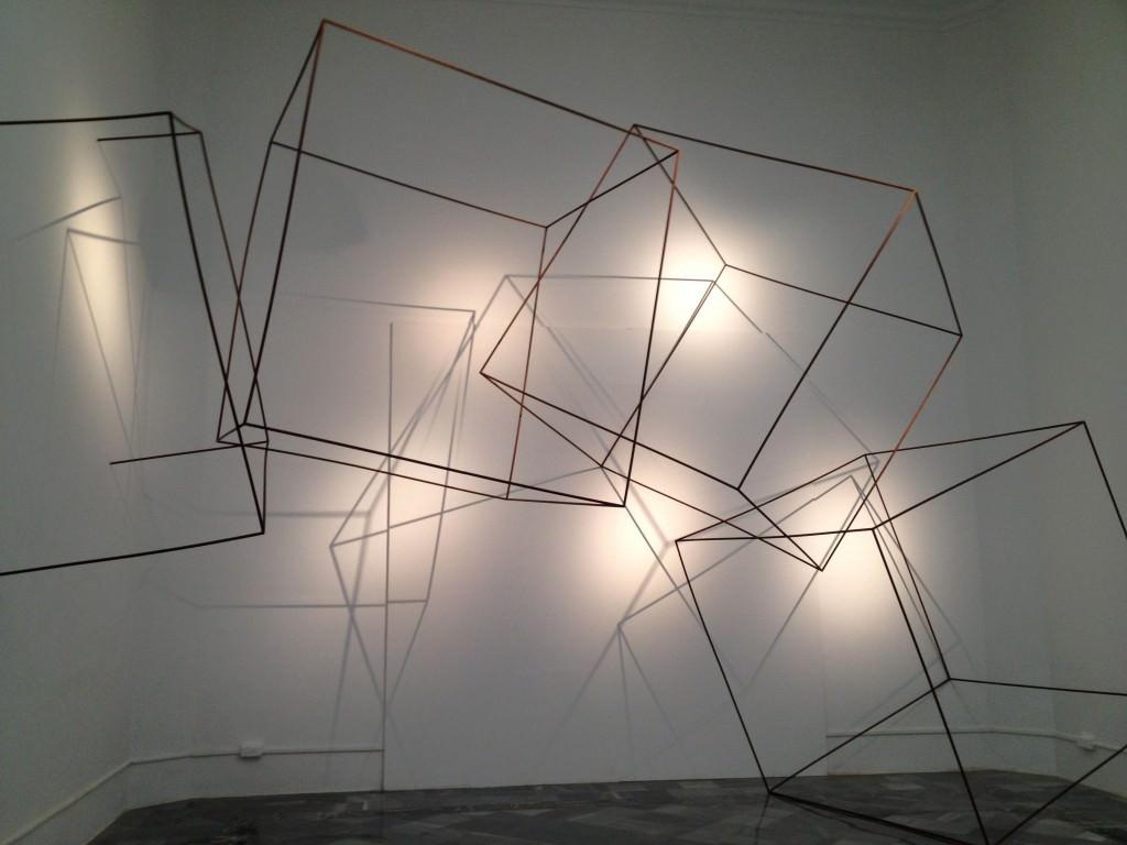 """Fotografía de una de las salas de la exposición """"Ver visiones. Reinterpretando el presente"""". Imagen cortesía de los comisarios."""