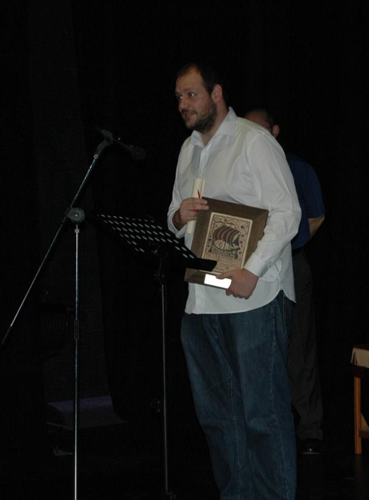 El ganador del Premio del Público al Mejor Espectáculo Valenciano para la compañía Perros Daneses por 'Un entre tants'. Imagen cortesía de Sala Russafa.