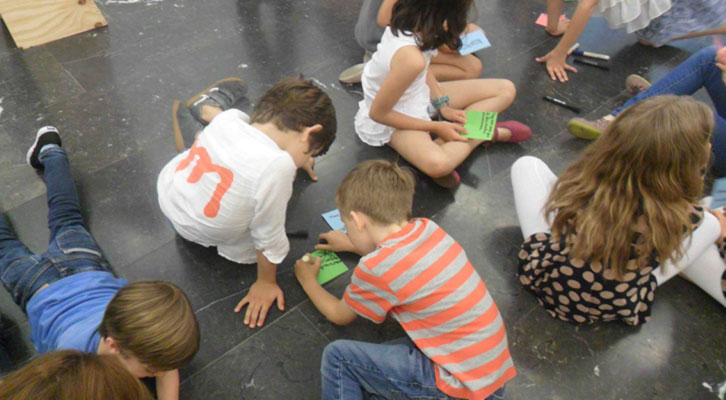 Niños en el taller organizado por la galería Luis Adelantado, bajo dirección de Olga Adelantado y comisariado de Isabel Puig.