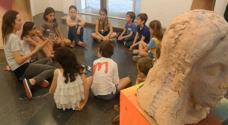 Isabel Puig en un momento del taller para niños en la galería Luis Adelantado.