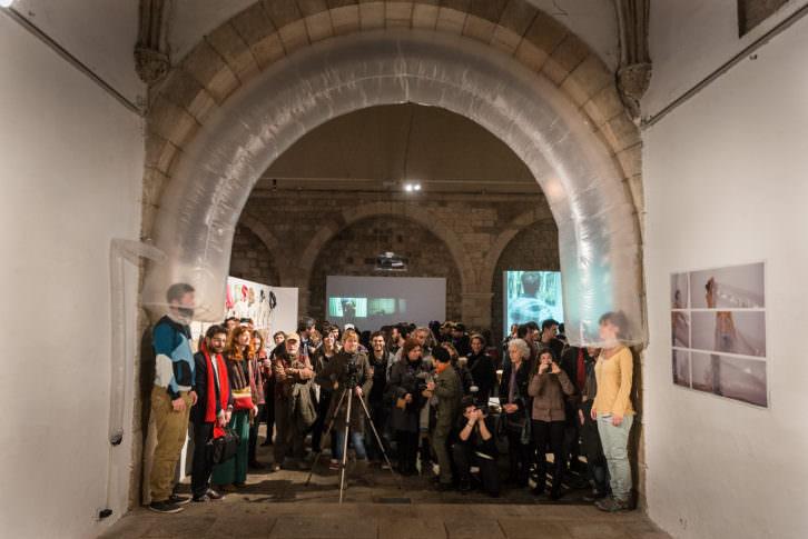 Rosana Sánchez. Monkey see, Monkey do, 2014. Hinchable, ventilador, dos personas. Performance, La Capella Barcelona. Colaboración con Aris Spentsas. Imagen cortesía de la artista.