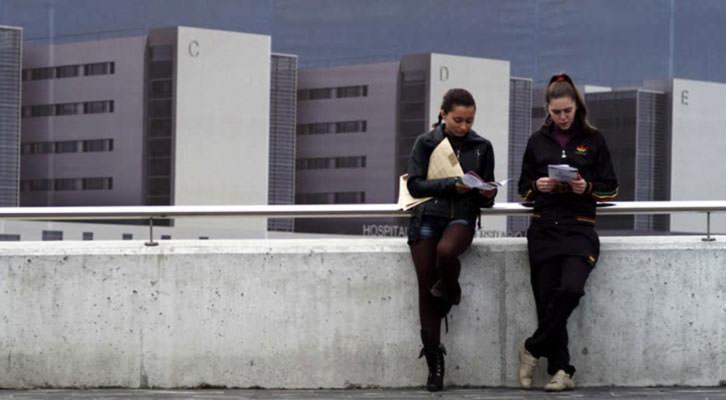 Deborah Borges (izquierda) y Lucía Martínez en una secuencia de 'Ártico', de Gabri Velázquez, película con la que se inaugura Cinema Jove. Imagen cortesía del Festival Internacional de Cine de Valencia.